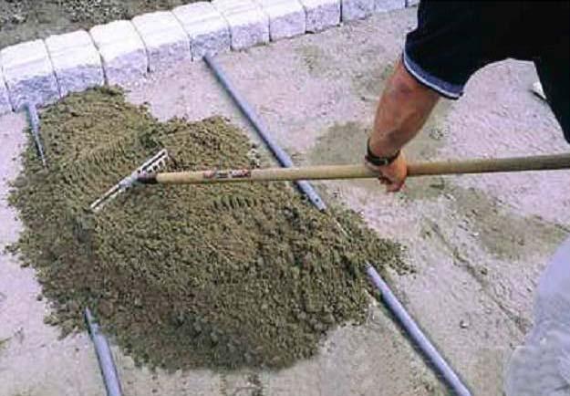 Рассыпаем цементно-песчаную смесь