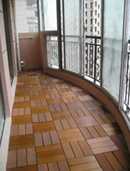 балкон с садовым паркетом