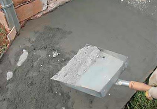 Насыпь сухого цемента на бетон дял железнения