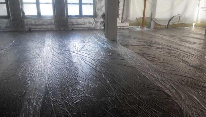 Укладка пленки поверх стяжки до полного высыхания