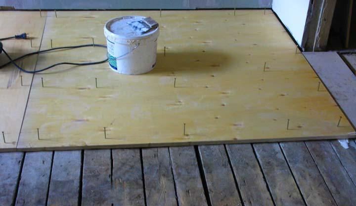 Укладка фанеры для выравнивания деревянного пола