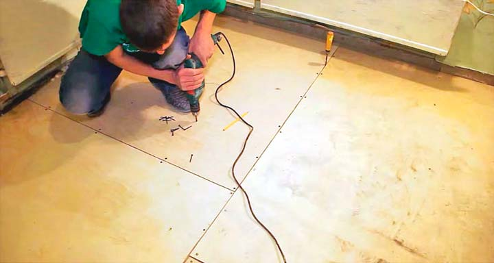 Прикручиваем фанеру к деревянному полу