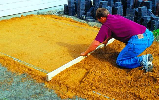 Засыпаем участок песком