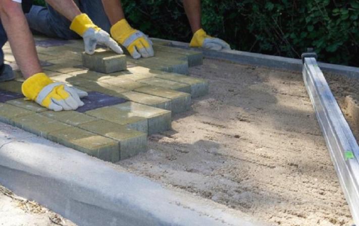 Укладка тротуарной плитки на цементно-песочное основание