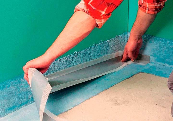 Поклейка герметизириующей ленты на стыки и углы пола