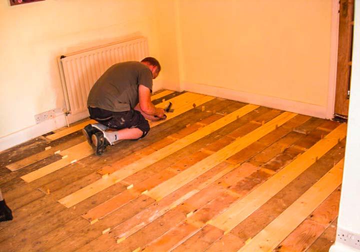 Проверка состояния и ремонт деревянного пола под линолеум