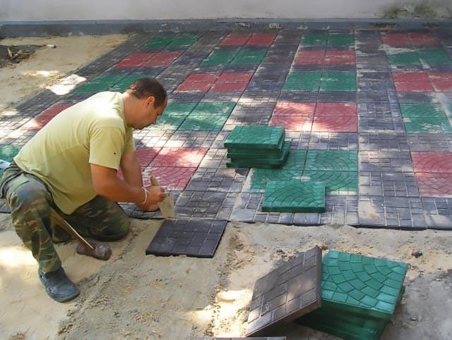 Укладка полимерпесчаной тротуарной плитки