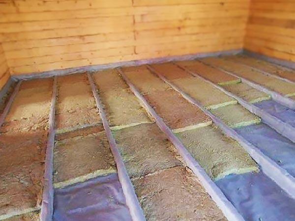 Укладка ваты утеплителя в деревянные полы