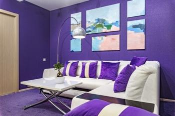 как выглядит фиолетовый ковер в интерьере