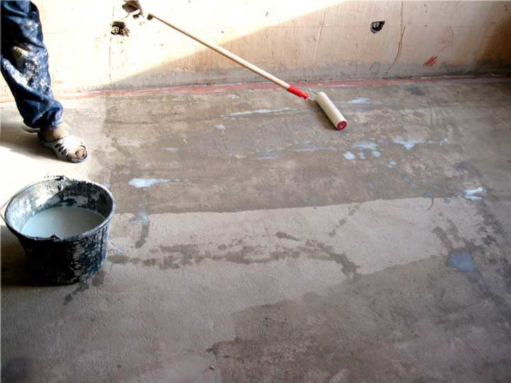 Нанесение грунтовки на бетонный пол