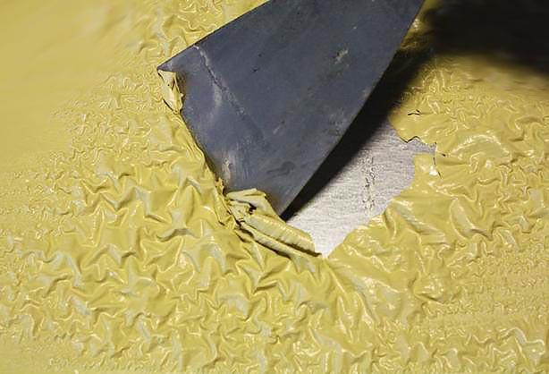 Снятие разогретой старой краски с бетона