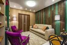 светлый ковер в гостинной