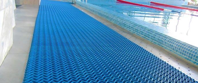 Антискользящий коврик в бассейне