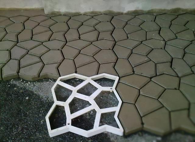 Тротуарная плитка вылитая по шаблону