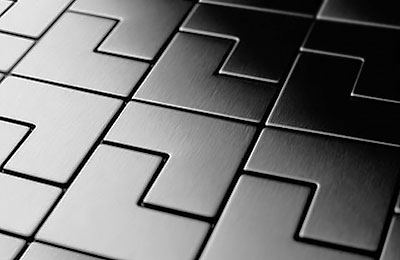Металлическая плитка на полу