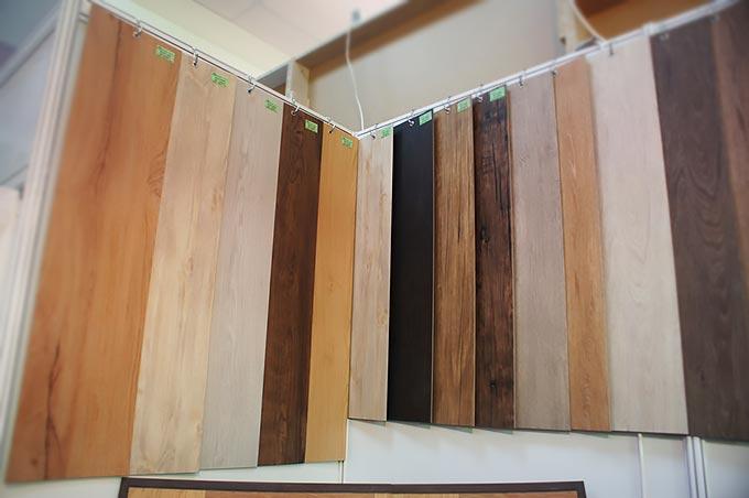 Выбор виниловой плитки на витрине