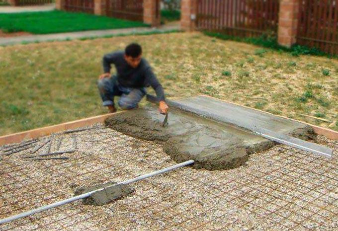 Заливка бетоном тротуара во дворе